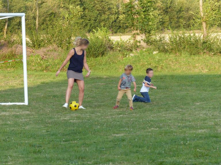 salle-fete-exterieur-terrain-jeux-petanque-foot-molkky-terrasse-enfants-pelouse-jeu